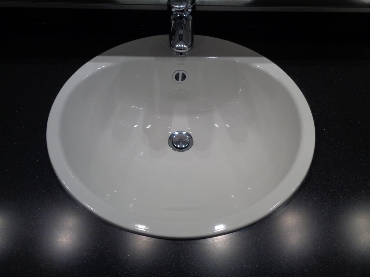 Plan vasque et bandeau lumineux fabriqués sur mesure.