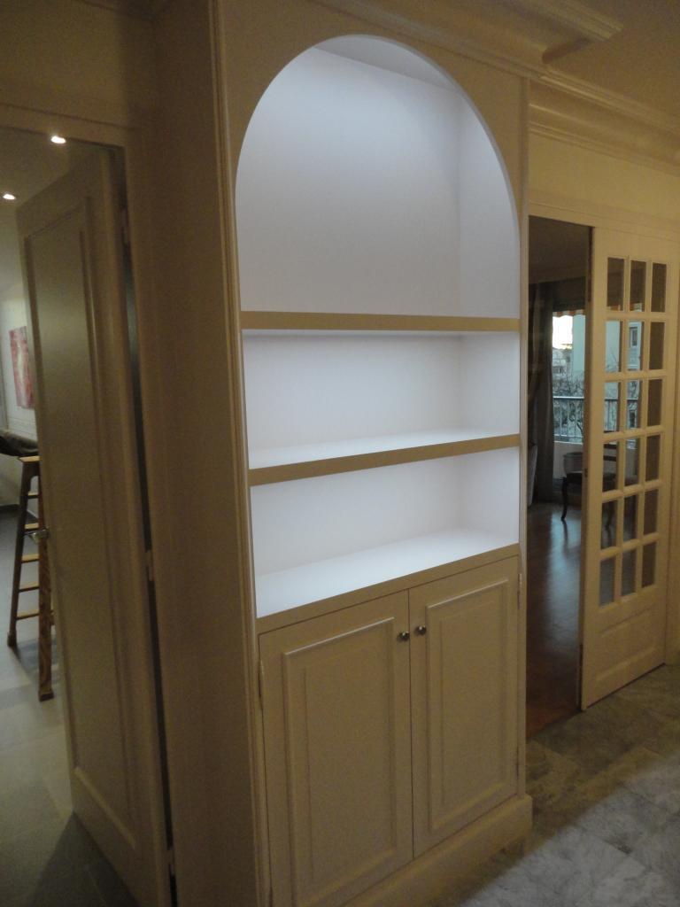 Bibliothèque sur mesure fabriquée dans notre atelier.